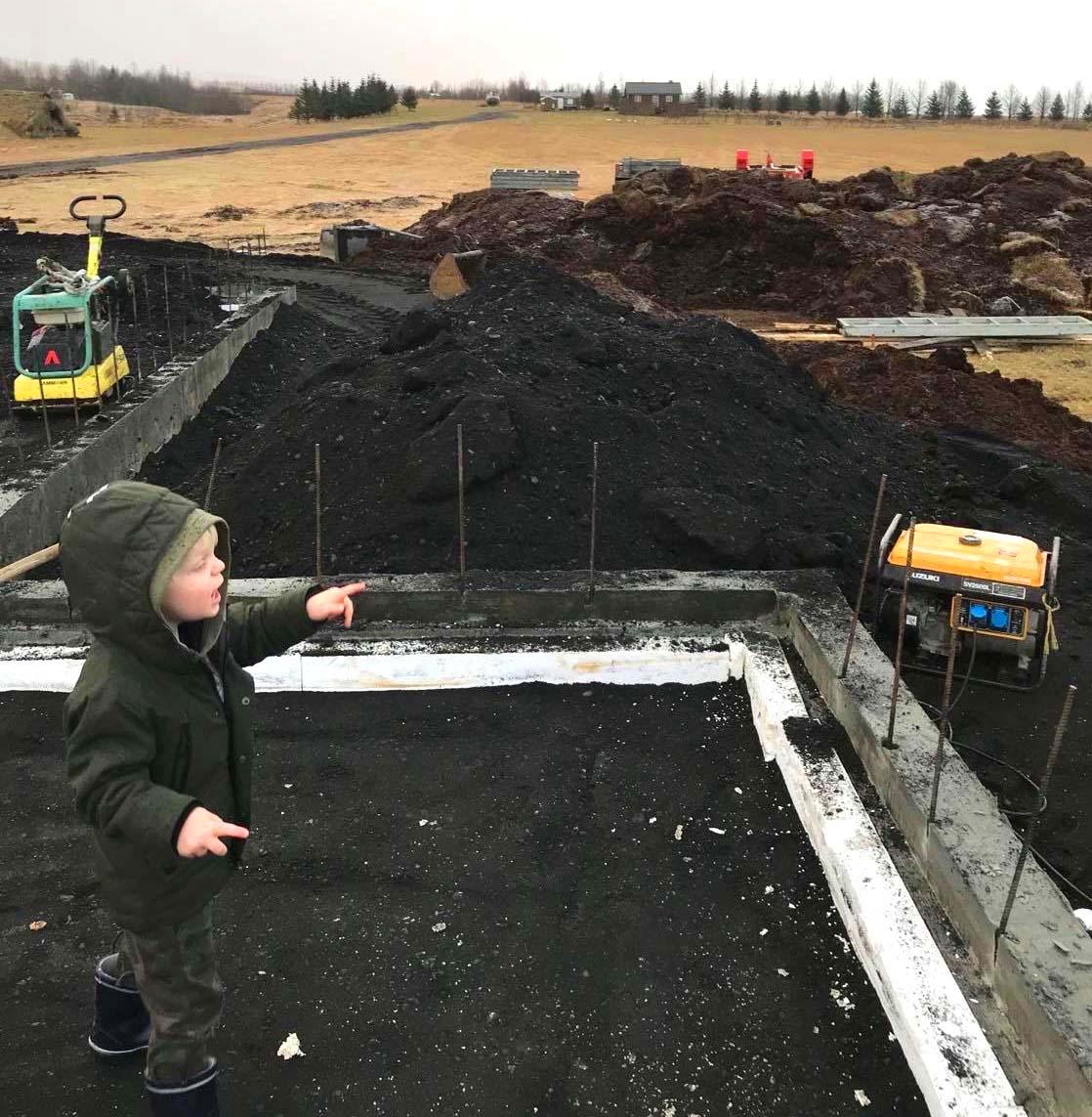 Jörnträhus Fritidshus Husbyggsats Island pojke